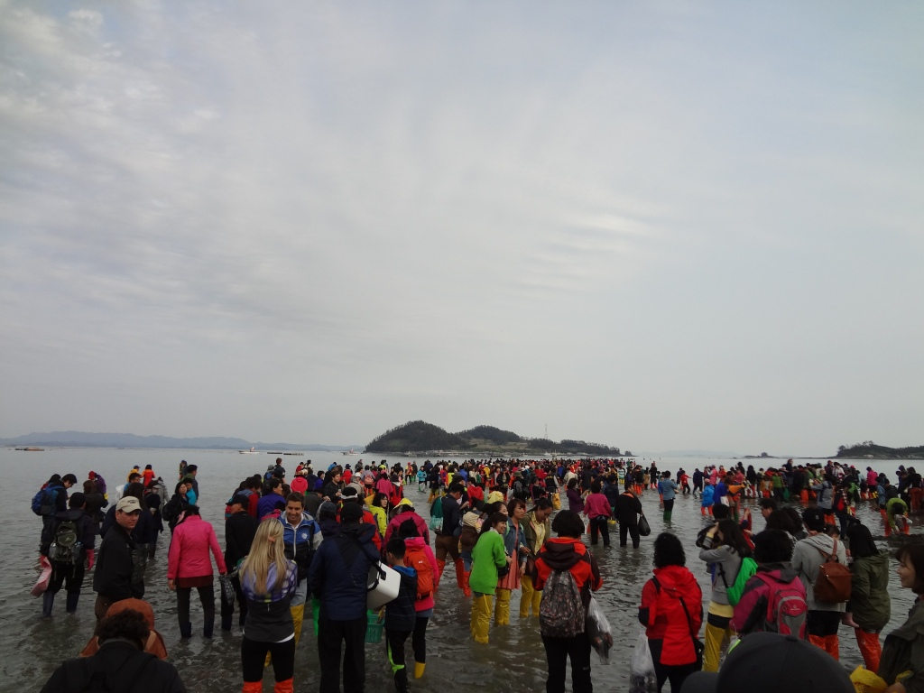 People walk from the Jindo coast to Modo.