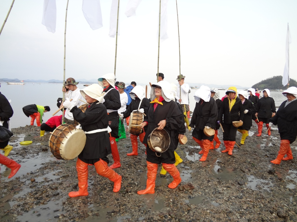 The parade from Modo to Jindo. Behold those snazzy orange boots!