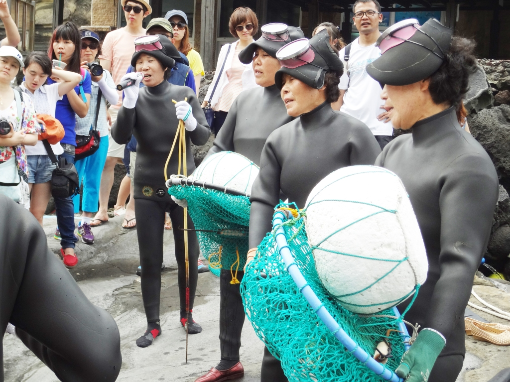 The haenyeo sing a song before the dive